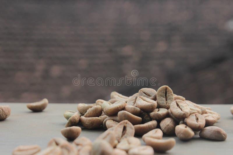 De achtergrond van koffiebonen met nadruk op koffie royalty-vrije stock foto