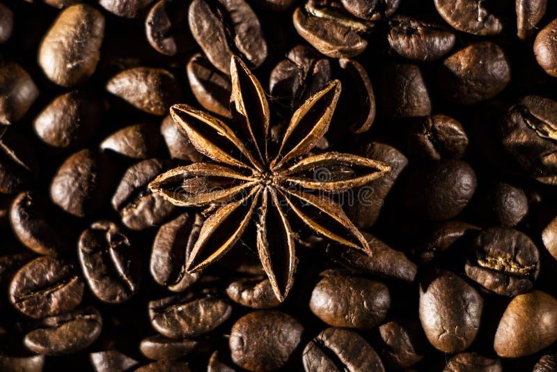 De achtergrond van koffiebonen met verschillende kruiden: anijsplantsterren en pijpjes kaneel Kerstmistak en klokken royalty-vrije stock foto's