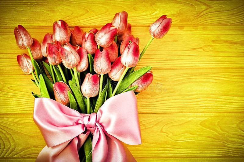 De achtergrond van de lente met tulpen royalty-vrije stock afbeeldingen