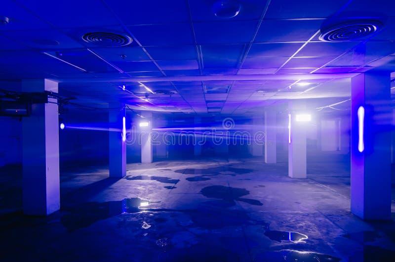 De achtergrond van lichte ruimte van de neon de blauwe laser met wervelende rook glanst door een lege ruimte royalty-vrije stock fotografie