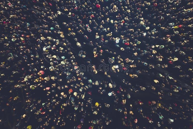 de achtergrond van menigtemensen Een luchtschot van de mensen verzamelde zich voor een gebeurtenis Gekraaide openluchtdievergader royalty-vrije stock afbeeldingen
