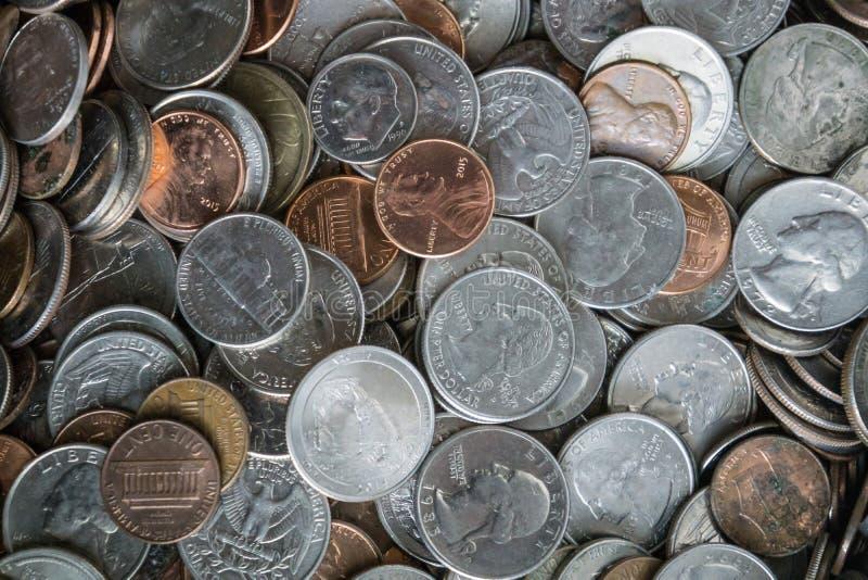 De achtergrond van de muntstuktextuur met een stapel van muntstukken overal royalty-vrije stock foto's