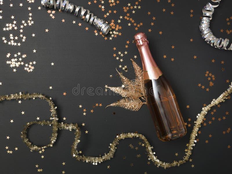 De achtergrond van nieuwe Yearmet een fles van champagne en diverse werktuigen van het Nieuwjaar  royalty-vrije stock afbeeldingen