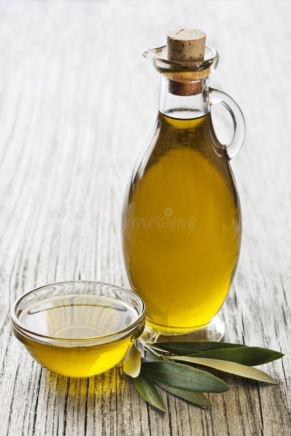 De achtergrond van de olijfoliefles stock afbeelding