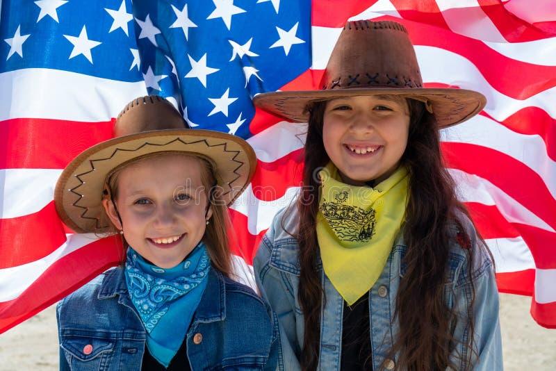 De achtergrond van de onafhankelijkheid Day Patriottische vakantie Gelukkige jonge geitjes, leuke twee meisjes met Amerikaanse vl royalty-vrije stock foto's