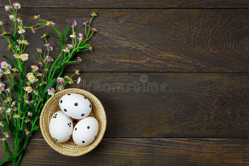 De achtergrond van Pasen De gelukkige paaseieren gekwetst op hout zonnebaden stock afbeelding
