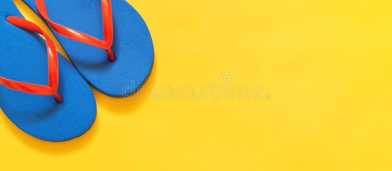 De achtergrond van de reisvakantie Wipschakelaars op een gele achtergrond stock foto's