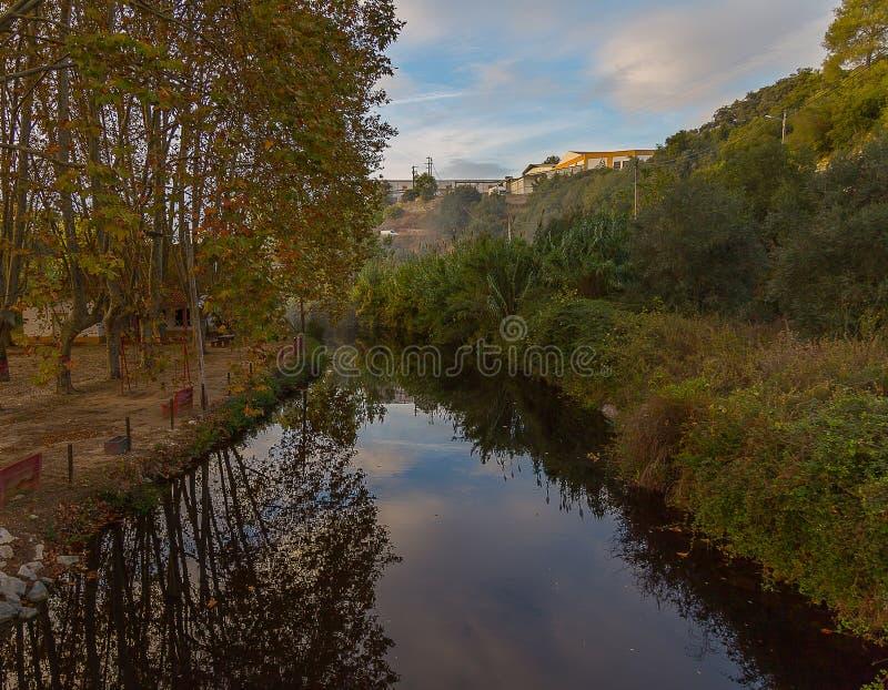 De Achtergrond van de rivierscène onder een Mooie Hemel stock afbeelding