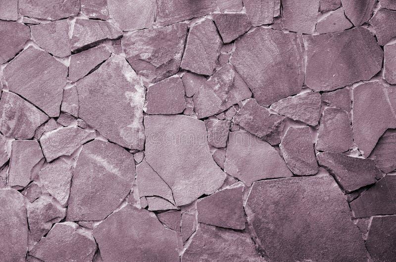 De achtergrond van de steenmuur - de bouweigenschap Textuur van dikke en sterke muur van ruwe stenen van diverse vormen en groott royalty-vrije stock foto's