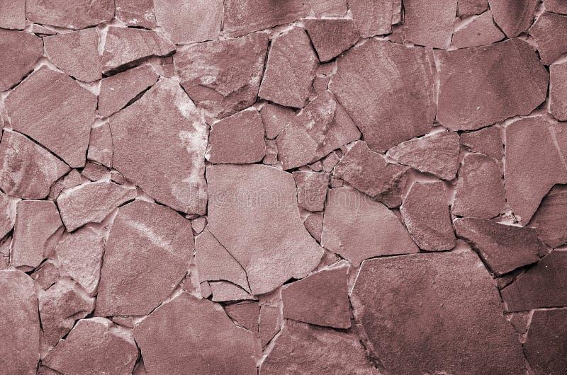 De achtergrond van de steenmuur - de bouweigenschap Textuur van dikke en sterke muur van ruwe stenen van diverse vormen en groott stock foto's