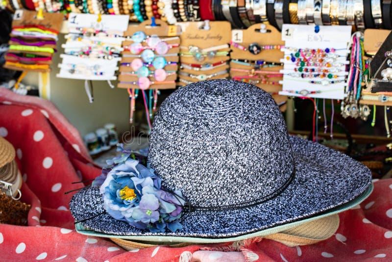 De achtergrond van strohoeden Close-up met selectieve nadruk op een blauwe hoed van de het strandzon van het vrouwenstro met bloe stock foto's