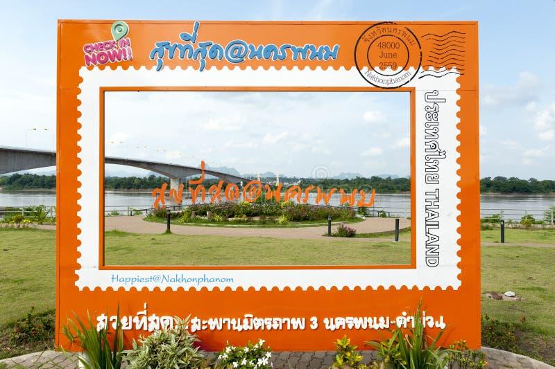 """De achtergrond van de toeristenfoto in Derde Thai†""""Lao Friendship Bridge door de Mekong Rivier royalty-vrije stock foto"""