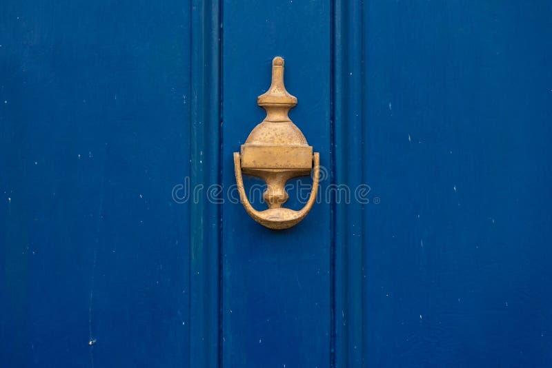 De achtergrond van uitstekende blauwe geschilderde deur en kloppersvignet kijkt die van ouderwets uitstekend messingsmetaal wordt stock afbeeldingen