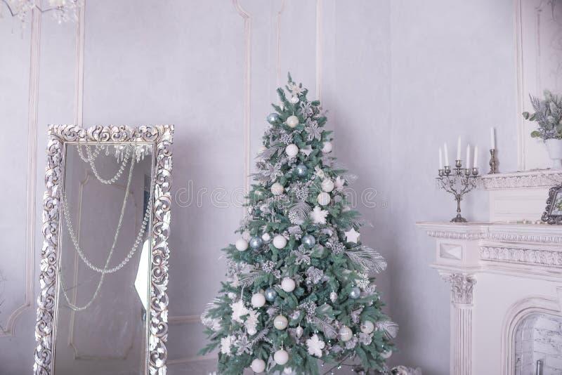 De Achtergrond van de Vakantie van Kerstmis Kerstboom met zilveren en witte decoratie Mooie Kerstboomclose-up royalty-vrije stock foto