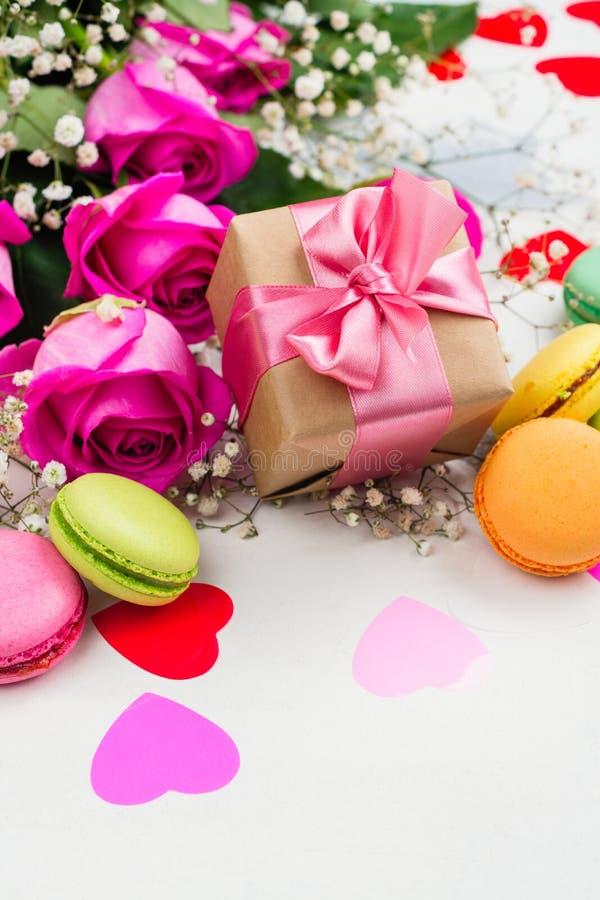 De achtergrond van de valentijnskaartendag met rozen, makarons en decoratieve harten royalty-vrije stock afbeeldingen