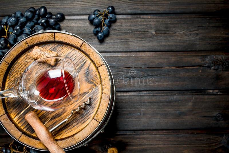 De achtergrond van de wijn Vat met rode wijn en druiven royalty-vrije stock foto
