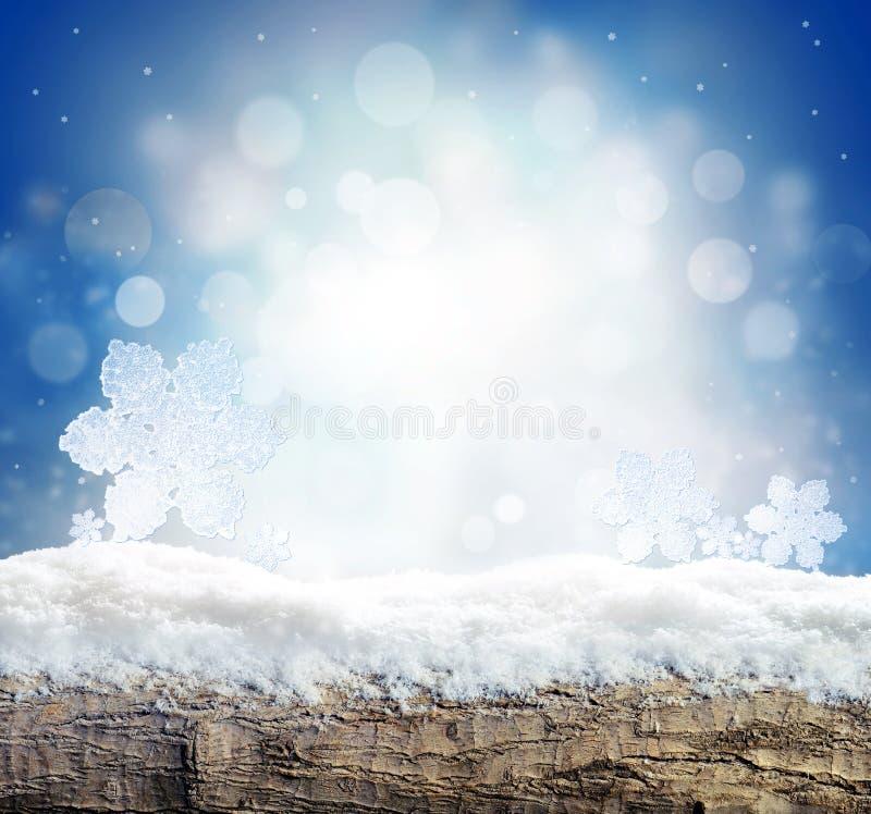 De achtergrond van de winter met sneeuw en de abstracte lichten van de blus Lege houten plank Copyspace voor tekst stock foto