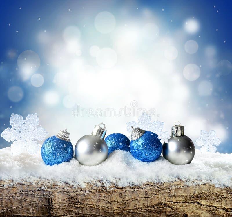 De achtergrond van de winter met sneeuw en de abstracte lichten van de blus Lege houten plank Copyspace voor tekst stock foto's