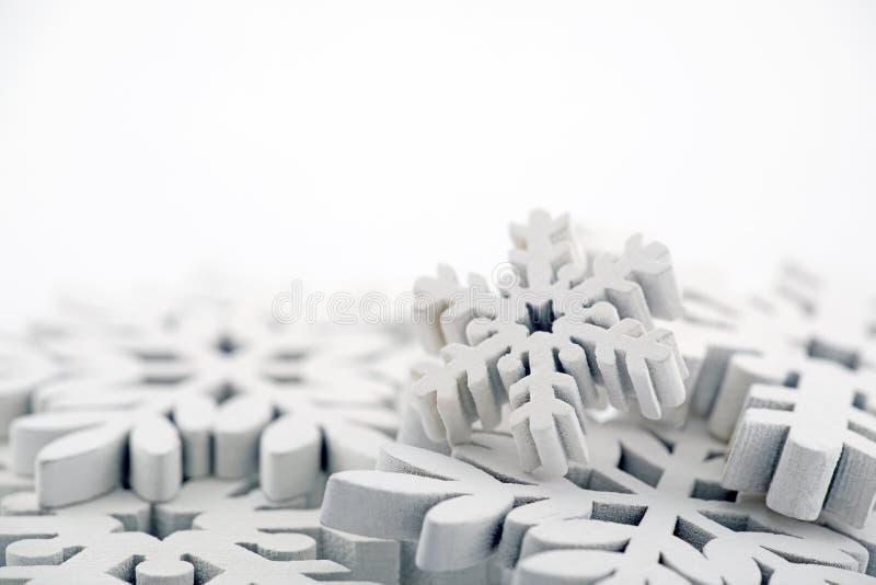 De achtergrond van de winter met witte sneeuwvlokken stock foto's