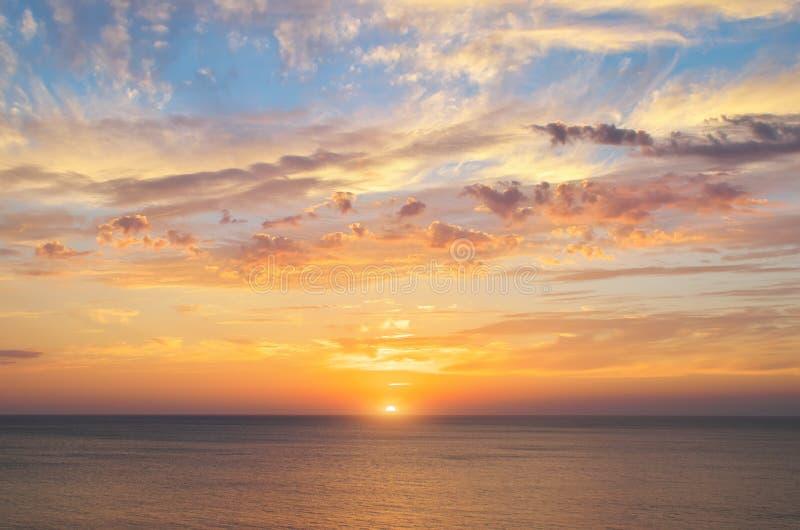 De achtergrond van de de zomerhemel op zonsondergang royalty-vrije stock afbeeldingen