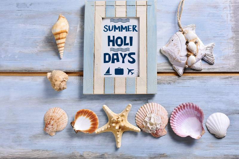De achtergrond van de de zomervakantie met een kader met inschrijving en shells stock afbeeldingen
