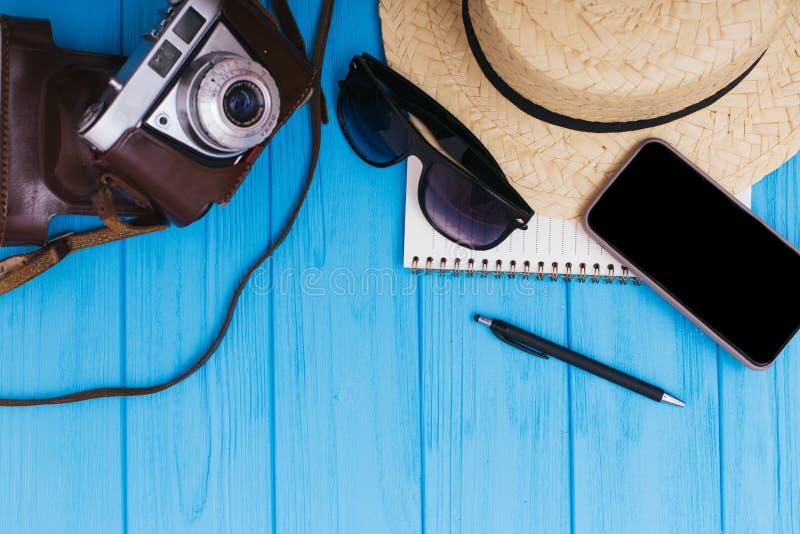 De achtergrond van de de zomervakantie, reisconcept met camera op blauwe houten lijstachtergrond, hoogste mening stock foto's