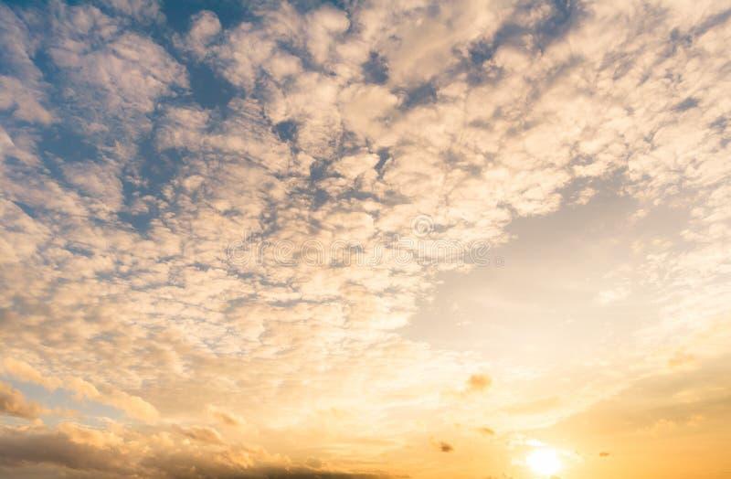 de achtergrond van de zonsonderganghemel, wolken met achtergrond stock foto