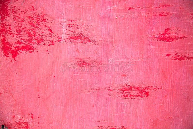 De achtergrond wordt gemaakt van oud die triplex, in heldere rode die verf wordt geschilderd weg in plaatsen is afgeschilferd royalty-vrije stock afbeelding
