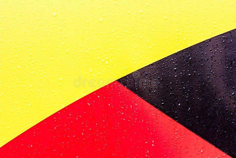 De achtergrond is zwarte rode geel Cijfers van verschillende kleuren De lijnen zijn verschillend van elkaar stock afbeelding