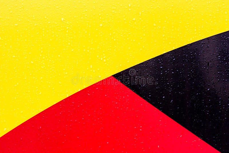 De achtergrond is zwarte rode geel Cijfers van verschillende kleuren De lijnen zijn verschillend van elkaar stock fotografie