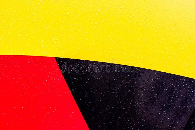 De achtergrond is zwarte rode geel Cijfers van verschillende kleuren De lijnen zijn verschillend van elkaar royalty-vrije stock foto's