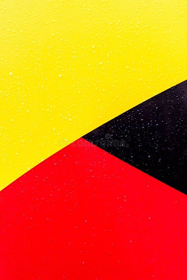 De achtergrond is zwarte rode geel Cijfers van verschillende kleuren De lijnen zijn verschillend van elkaar royalty-vrije stock foto