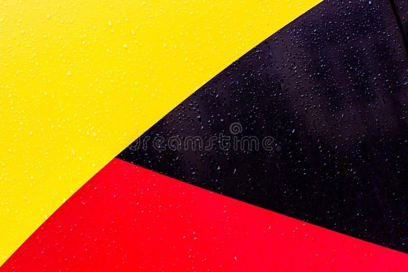 De achtergrond is zwarte rode geel Cijfers van verschillende kleuren De lijnen zijn verschillend van elkaar royalty-vrije stock fotografie
