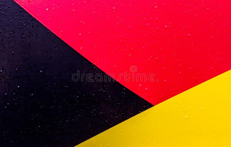De achtergrond is zwarte rode geel Cijfers van verschillende kleuren De lijnen zijn verschillend van elkaar royalty-vrije stock afbeeldingen