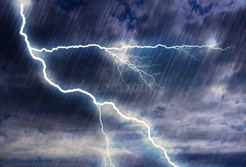 De achtergronden van het regenonweer met bliksem in bewolkt weer royalty-vrije stock foto