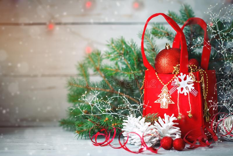 De achtergronden van de Kerstmiswinter, Kerstmisdecoratie en nette takken op een houten lijst Gelukkig Nieuwjaar vrolijk royalty-vrije stock foto