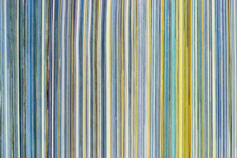 De achtergrondoppervlakte van kleurrijke tijdschriften stapelt zijaanzicht stock fotografie