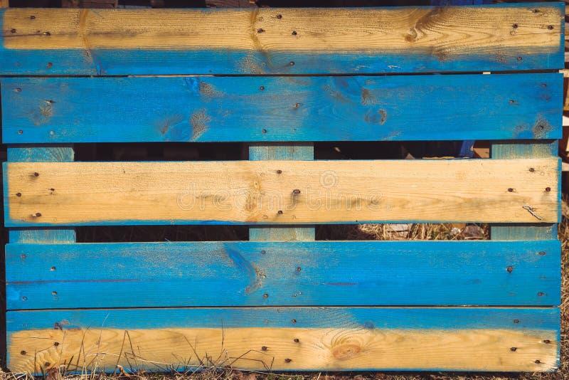 De achtergrondraad, gekleurd pallets oude multi royalty-vrije stock foto