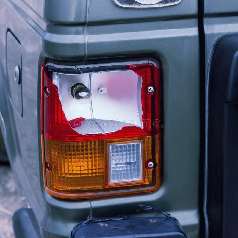 De achterlamp van de zilveren die auto door het ongeval wordt gebroken stock fotografie