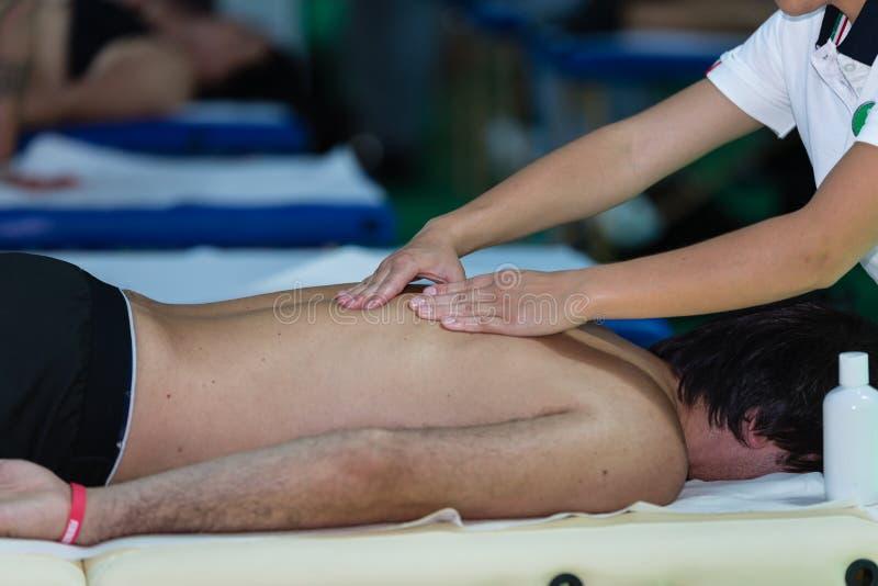 De Achtermassage van de atleet na Geschiktheidsactiviteit; Wellness en Sport stock afbeelding