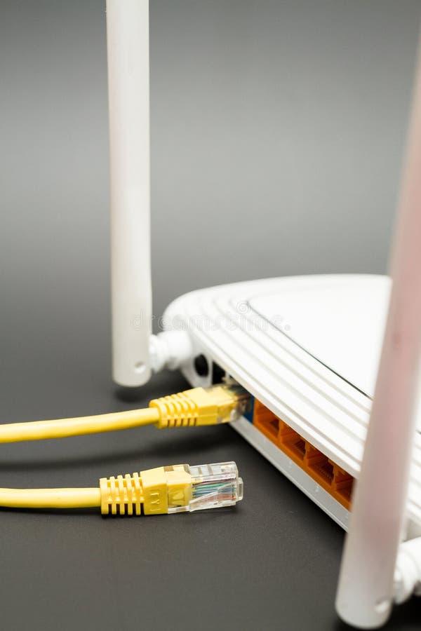 De achtermening toont de havens van de Internet-router stock fotografie