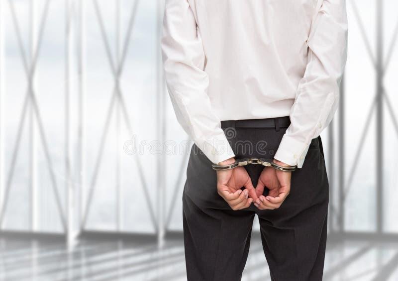 De achtermening van schuldige zakenman met zijn handen cuffed stock foto's