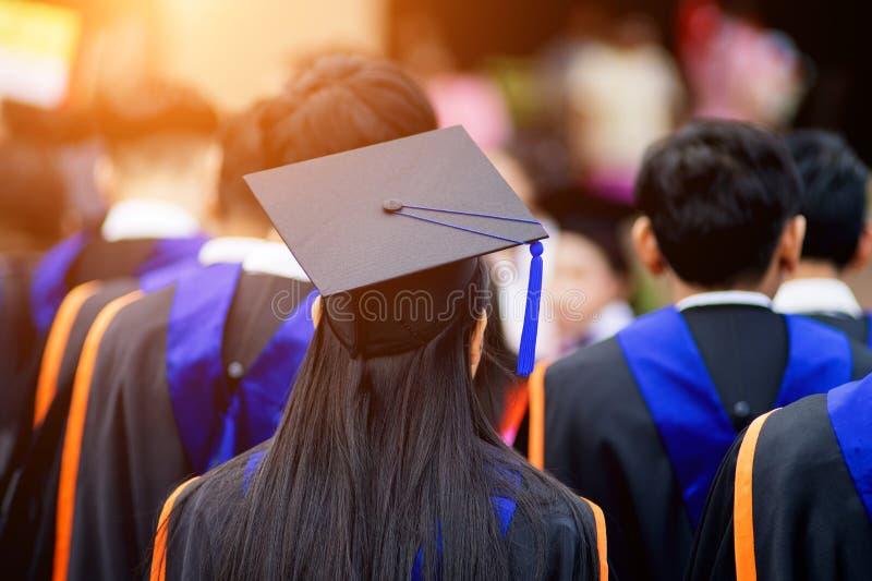 De achtermenings selectieve nadruk van de mensen met universitaire diploma's overbevolkte in de graduatieceremonie De gediplomeer royalty-vrije stock fotografie