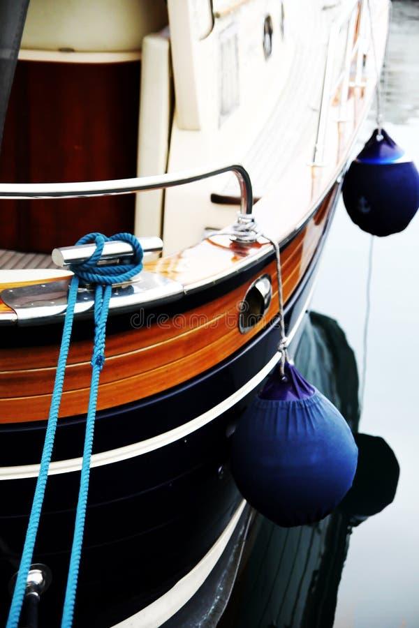 De achtersteven van de boot met stootkussens stock afbeeldingen