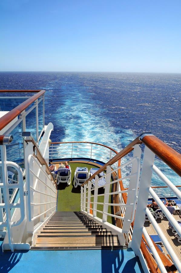 De Achtersteven van het Schip van de cruise met Kielzog stock foto