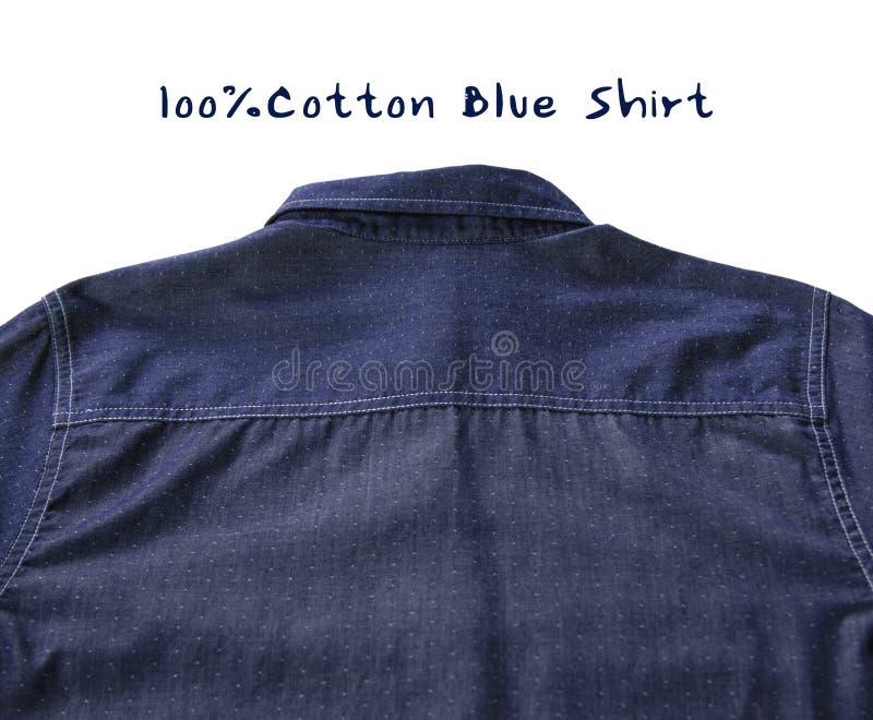 De achtertextuur van blauw overhemd maakte van zuiver die katoen op witte achtergrond met blauwe teksten wordt geïsoleerd stock foto