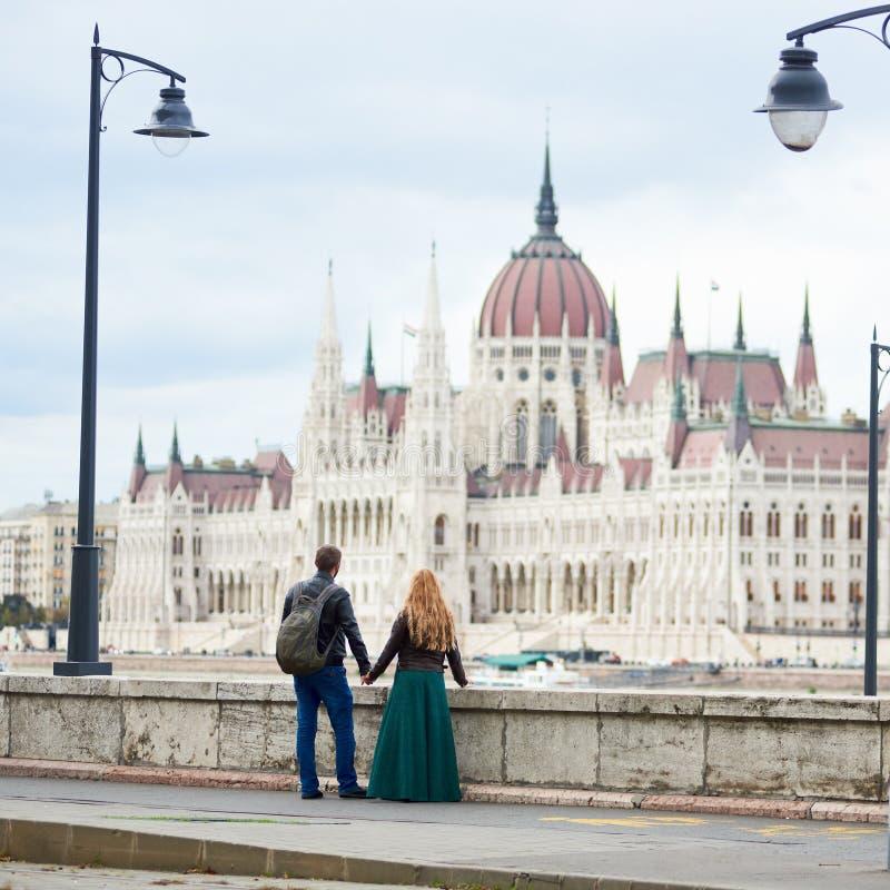 De achtertoeristen van het meningspaar geniet menings van prachtige architectuur Boedapest stock afbeeldingen