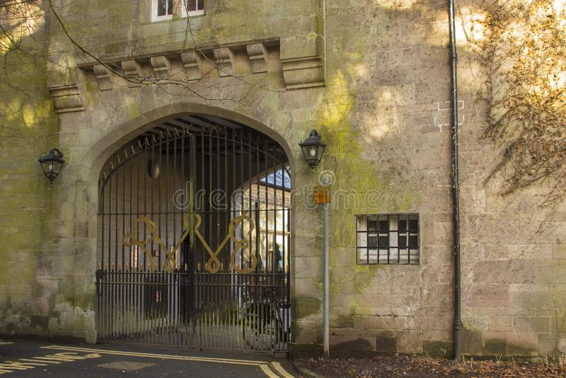 De achtertuinbijlage overspande gateway aan de binnenplaats bij het Stadhuis van Bangor in Noord-Ierland nu open als koffiewinkel royalty-vrije stock foto's