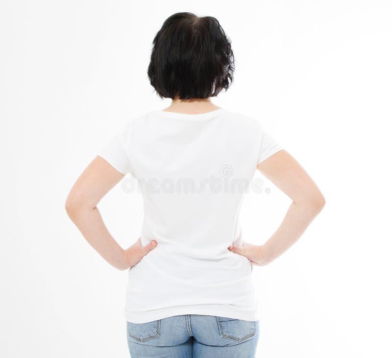 De achtervrouw van de menings middenleeftijd in t-shirt op witte achtergrond Spot omhoog voor ontwerp De ruimte van het exemplaar stock foto's