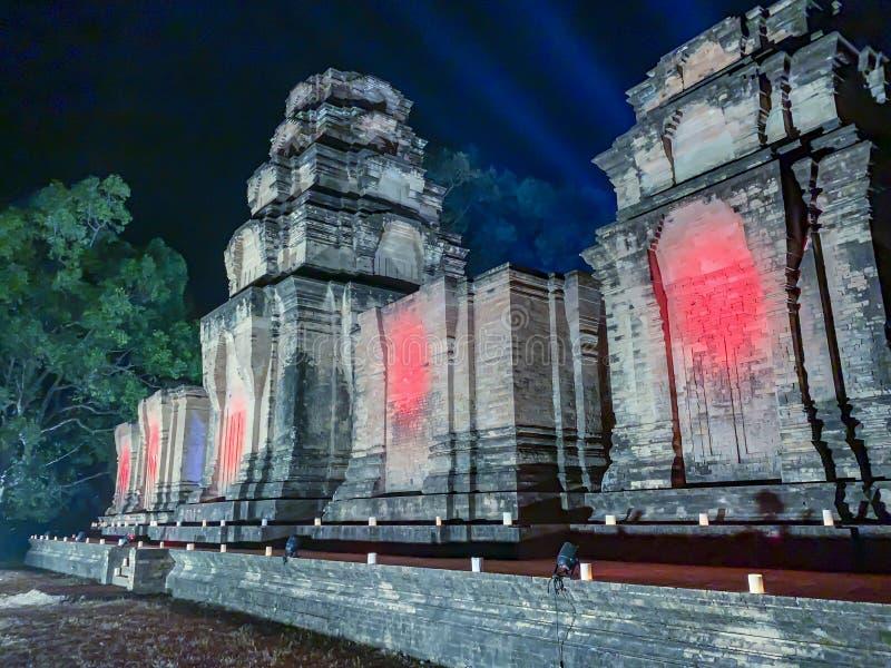 De achtste eeuw Hindoese die tempel bij nacht wordt verlicht stock afbeelding